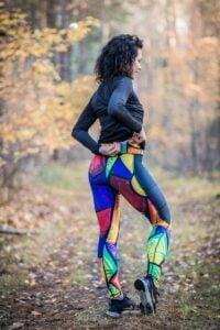Kolorowe leginsy wzór pikasa dla biegających kobiet z kieszonką na drobiazgi