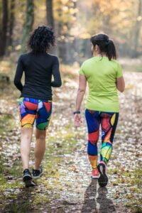 Krótkie i długie leginsy do biegania dla kobiet które chcą być aktywne i biegają w lesie