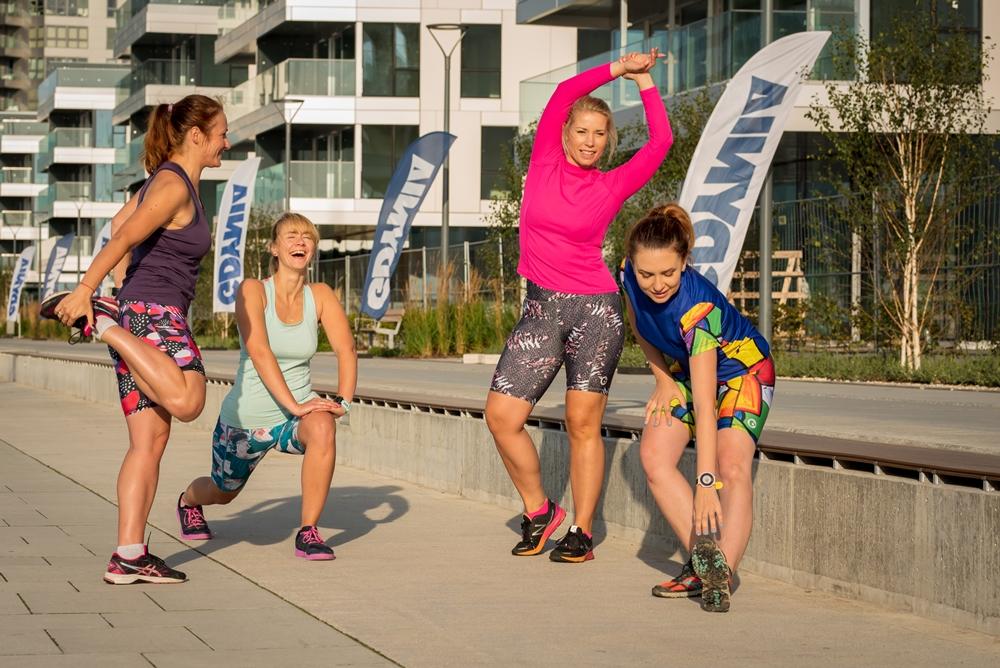 biegające kobiety kolorowe legginsy do biegania