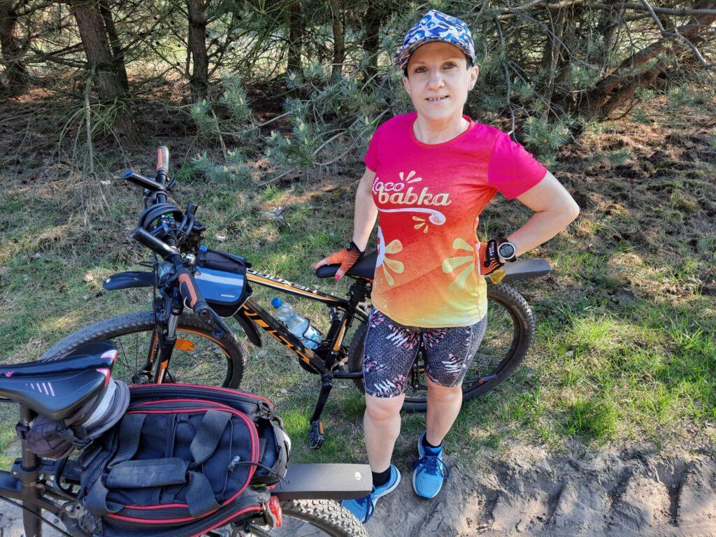 kolorowa czapka z daszkiem koszulka techniczna do biegania legginsy kolorowe do biegania