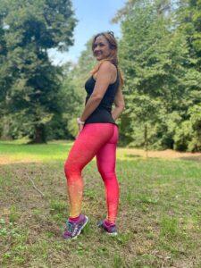kolorowe różowe legginsy do biegania